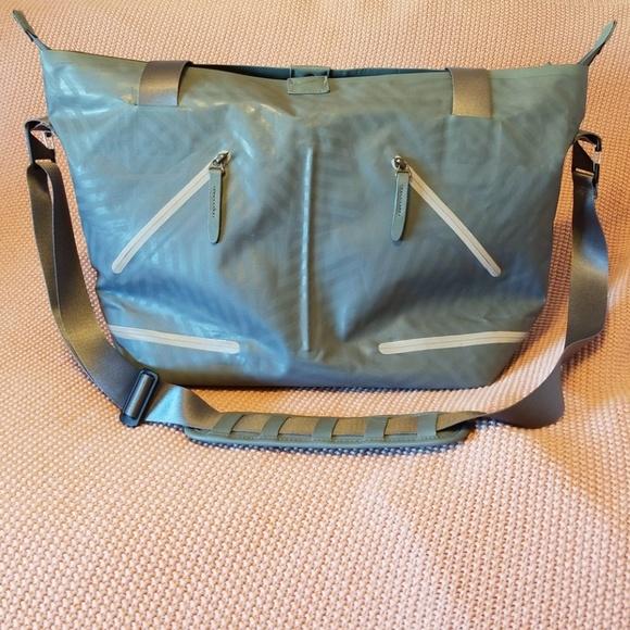 2bb376382a81 Nike Womens Formflux Tote Gym Bag. M 5af0d3aedaa8f61400415b55